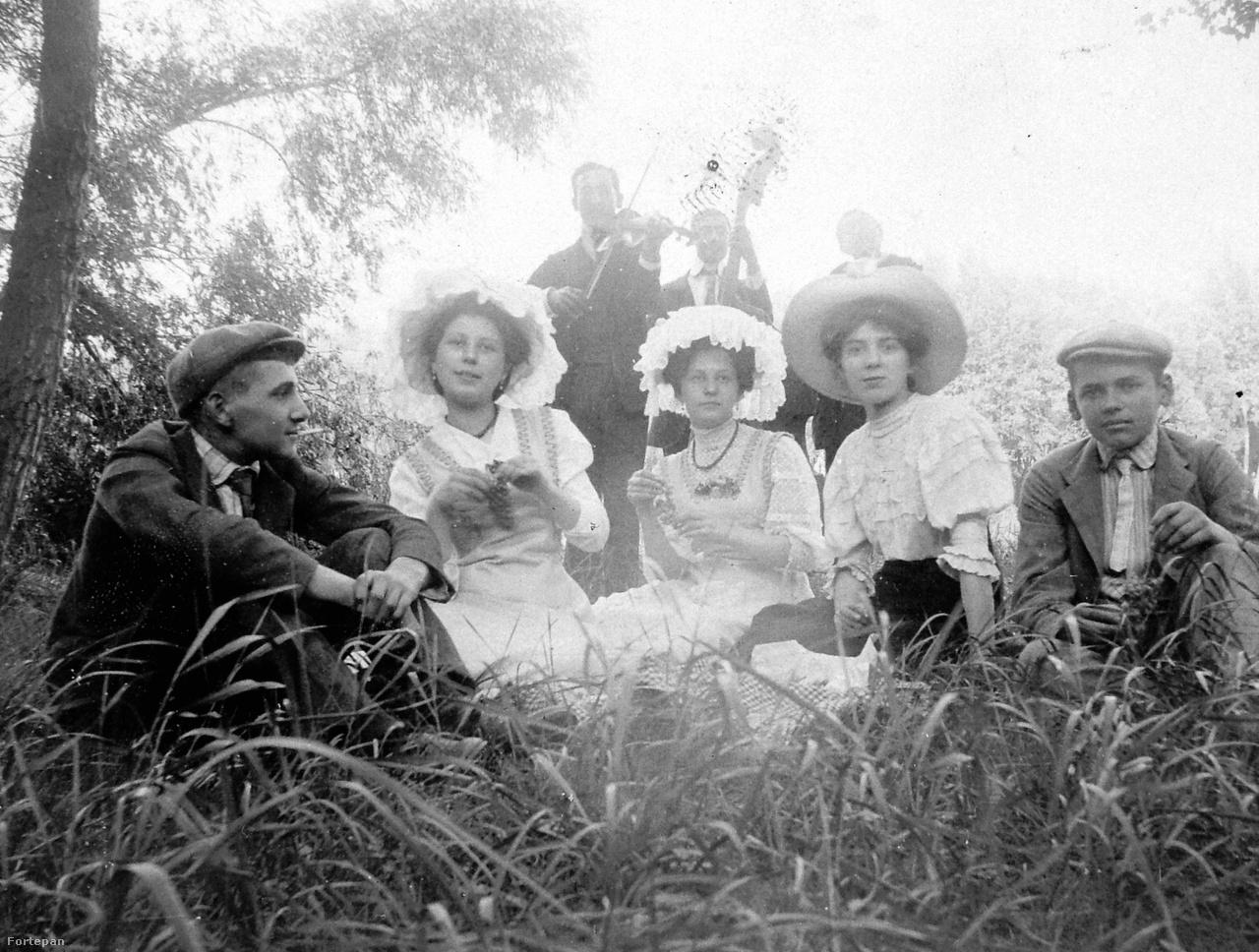 """Az illemtankönyvek ismerték és nők számára is engedélyezték a részvételt finomabb mulatságok élvezetében. A fűben heveredő kisasszonyok nem voltak veszélyben, néhány magyar nóta csak a lelkinyugalom viszonylag rövid megzavarására volt alkalmas. Ellenben a bálokon lejtett szupécsárdás maga volt a """"nyers és telhetetlen élvezetvágy"""", és """"érzékiség dolgában túltett mindenen"""".  A kortárs Herczeg Ferenc szerint """"egy-egy sokszor megújrázott szupécsárdás magában foglalta egy szerelmi regény minden fejezetét. Mikor végül a táncos visszahozta anyjának a halálra fáradt és kiégett leányzót, az ember szinte várta, hogy a gardedám azt mondja neki: most már megtarthatja magának!"""""""