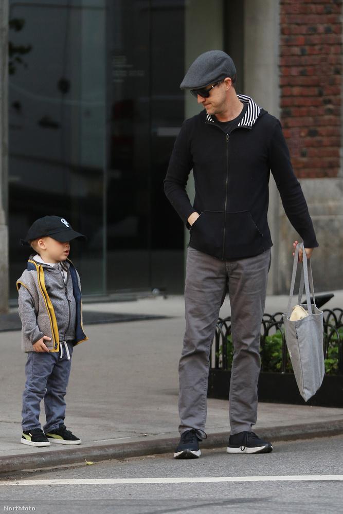 Mondjuk nem csodálkozhatunk, hogy a színész csak ritkán mutatkozik nyilvánosan fiával, annak idején még azt sem nagyon akarta elárulni, hogy producer feleségével, Shauna Robertsonnal gyerekük lesz.