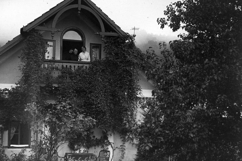 Repkénnyel és vadszőlővel befutott, hófehér falú vidéki nyaralóban pózol a család 1915-ben. Az alacsony faléckerítés, a faragott erkély és a kis teraszra tett ülőgarnitúra bájos hangulatot ad a képnek. Fotó: Fortepan