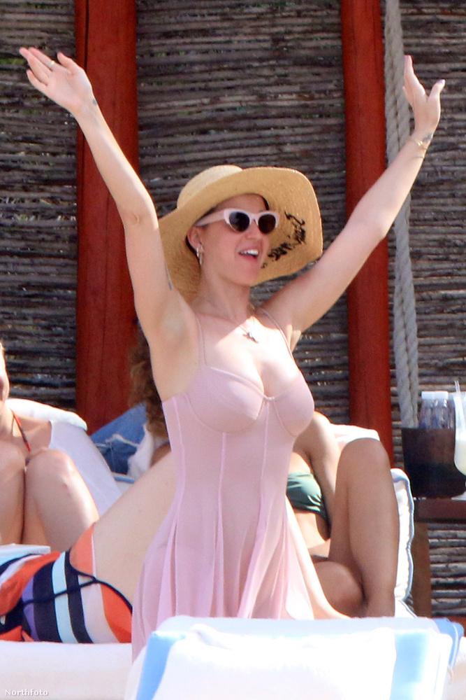 Búcsúzóul pedig hadd adjuk át a szót az énekesnőnek, akit arra kérünk ezen a fotón, hogy kiabálja azt:végre péntek!