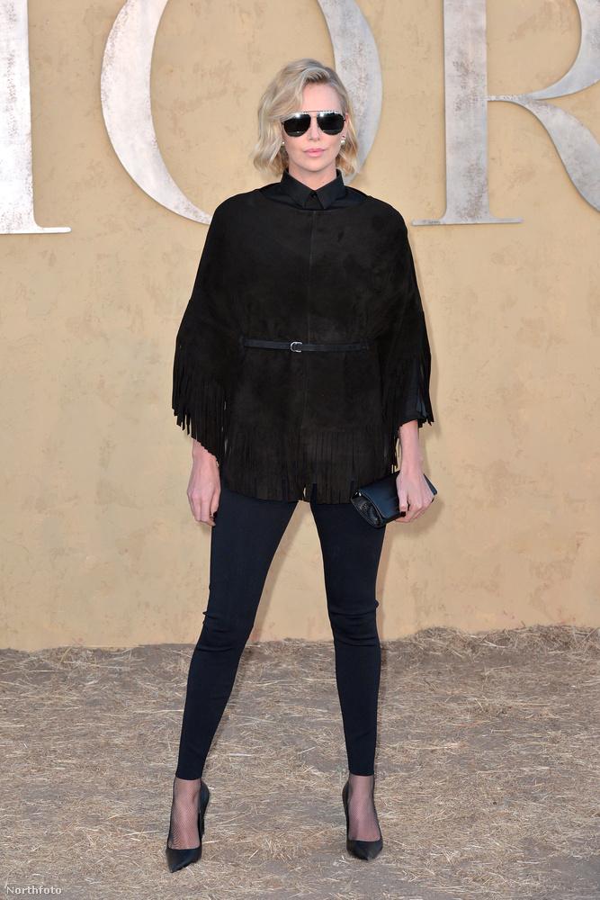 Lépjünk tovább kicsit, és tekintsük meg Charlize Theront, aki kémnek öltözött