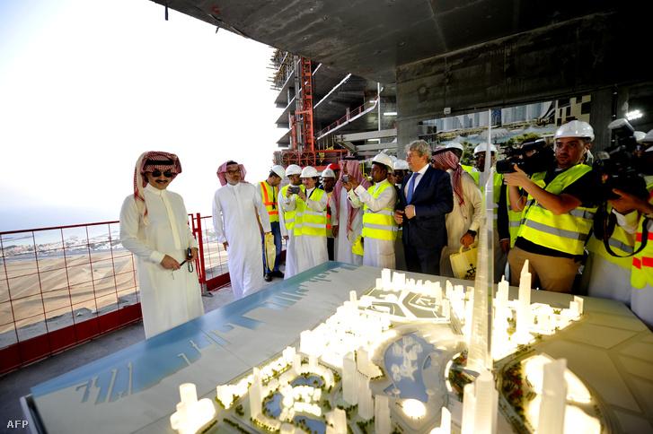 Bin Talal herceg (balra) a dzseddai torony makkettjével a május 11-i bemutatón, amit a torony eddig elkészült legfölső szintjein tartottak