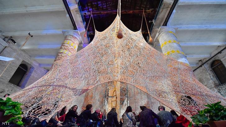 A brazil Ernesto Neto installációja az 57. Velencei Képzőművészeti Biennále központi kiállításán a velencei Arsenale rakparton