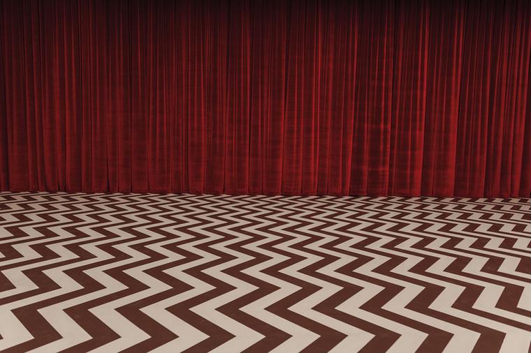 Reméljük a visszafelé beszélő törpe is feltűnik a vörös szobában, vagy az óriás egy manifesztációja...Mindegy is, csak dadaista legyen.