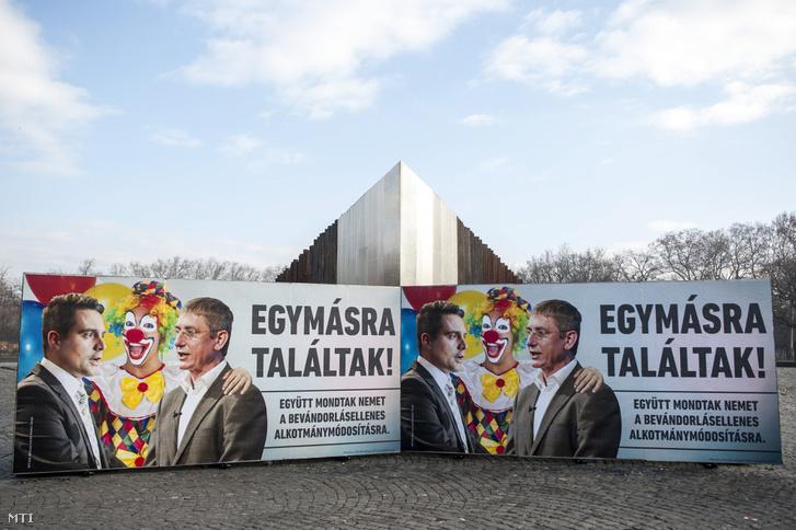 A Civil Összefogás Fórum (CÖF) plakátja a budapesti Ötvenhatosok terén 2016 decemberében