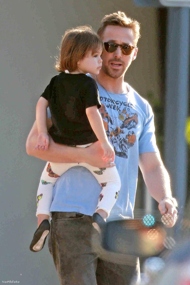 A Szárnyas fejvadász második része miatt nemrég Budapesten forgató Ryan Gosling ismét ellátogatott egy edzőterembe, hogy gyúrjon egyet - és természetesen most is magával vitte tündéri kislányát, Esmeraldát