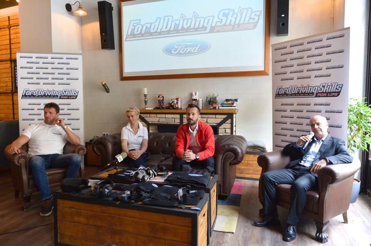 Kiss Gergely (olimpiai bajnok vízilabdázó), Györke Orsolya (a program hazai menedzsere), Albert Péter (a DSFL program vezető trénere) és Kiss Csaba (rendőr alezredes, ORFK-OBB) a Ford Driving Skills for Life sajtótájékoztatóján