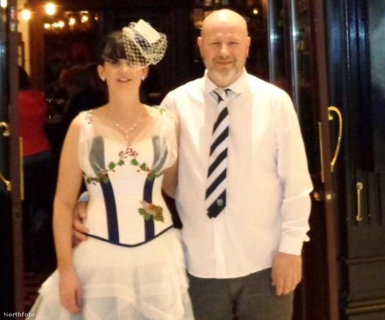 Az ifjú pár. A vőlegény nyakkendője is focis volt