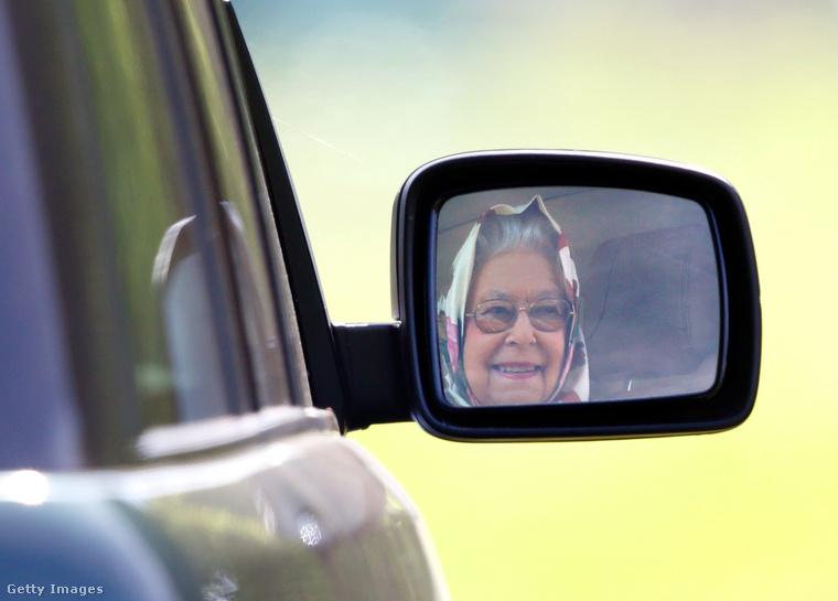 Erzsébet mosolyogva búcsúzott el a windsori lovaktól.
