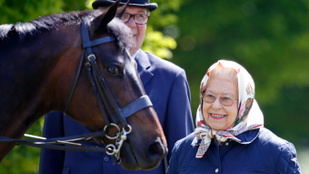 Erzsébet királynő boldog a windsori lovak társaságában