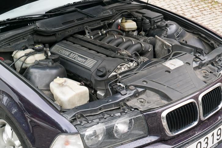 A világtörténelem egyik legjobb benzinmotorja, itt 321 lóval