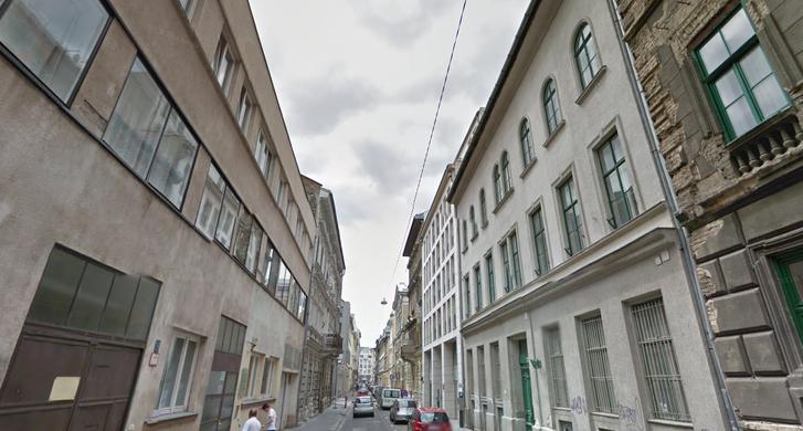 A Vadász utca most. Jobbra a bontandó 30-as számú ház, amelynek a helyére kerül az új sportközpont. Balra a műemlék Üvegház, siralmas állapotban.