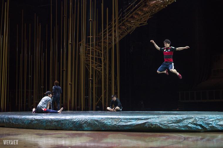 A trambulin próbáin nehéz úgy elkapni az artistákat, hogy a lábuk a földet érje.