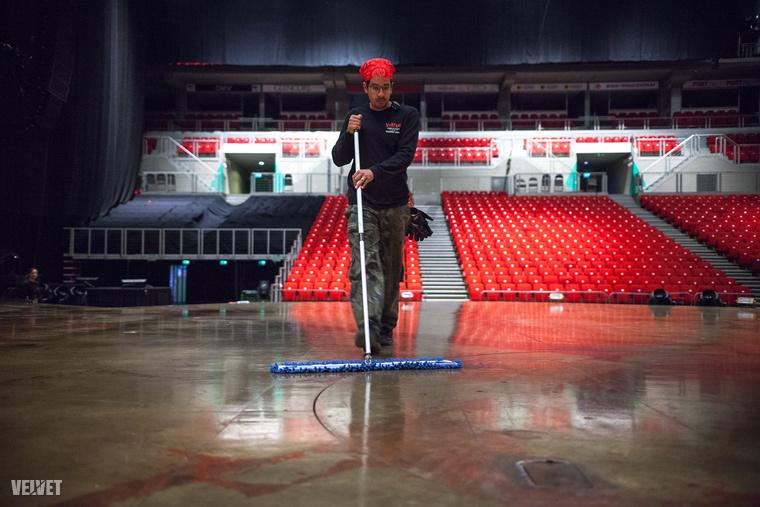 Az első előadás előtt alkalmunk volt rá, hogy megnézzük, nem csak a színpad takarítását, de az is, mi folyik ilyenkor egy nemzetközi szuperprodukció hátterében.