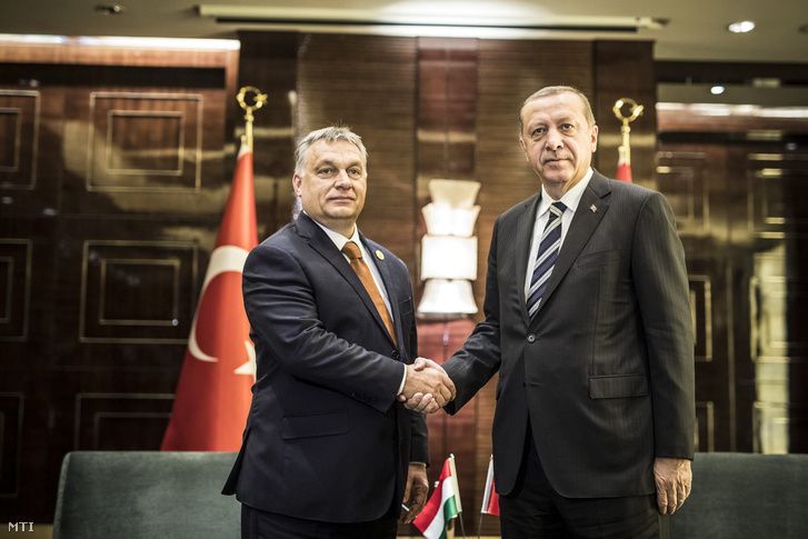 A Miniszterelnöki Sajtóiroda által közreadott képen Orbán Viktor miniszterelnök és Recep Tayyip Erdogan török elnök találkozója Pekingben 2017. május 13-án.