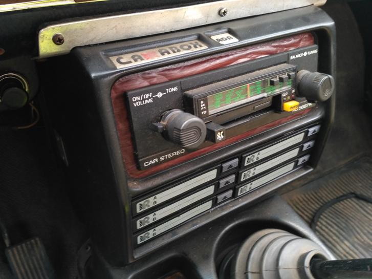 Sokan szereltek be utólag kardánbokszot, ez itt például a hatkazettás Carabox. A rádió persze nem működik