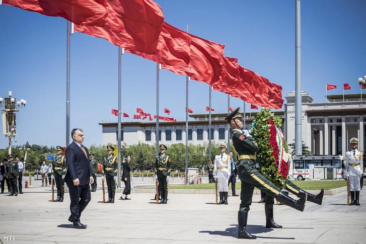 A Miniszterelnöki Sajtóiroda által közreadott képen a hivatalos látogatáson Kínában tartózkodó Orbán Viktor miniszterelnök koszorúz a pekingi Tienanmen téren 2017. május 13-án.