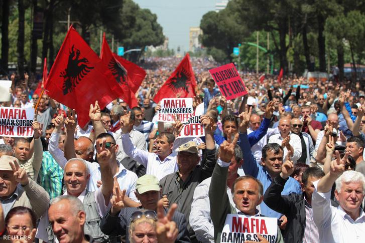 Tízezrek követelték a kormány lemondását