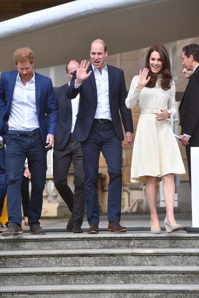 Vilmos herceg eddig valahol máshol járt, de most gyorsan el is köszön, ahogy felesége és öccse is.Mi pedig öntől