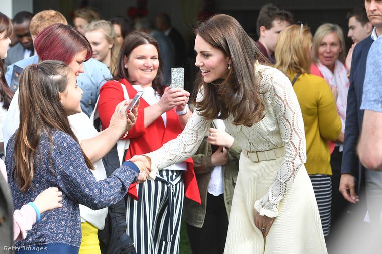 Sokan eljöttek az eseményre, és megérinthették a hercegné kezét is