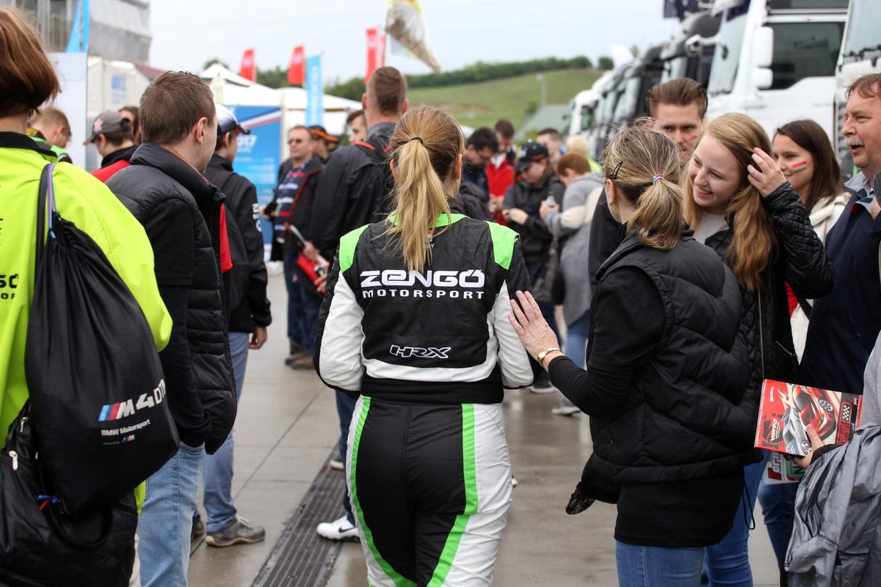 Lépések a népszerűség útján – György Anett, a Zengő Motorsport pilótája a rajongók gyűrűjében