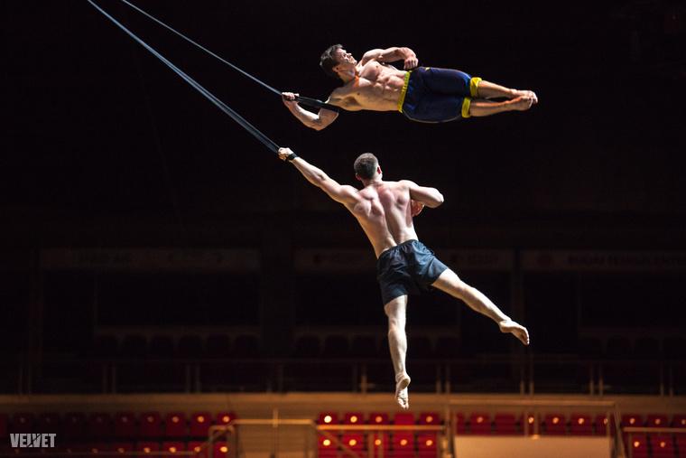 Nemrég lehetőségünk volt bepillantani a Cirque du Soleil kulisszái mögé, és egy fantasztikus galériában muattuk meg, hogy mi folyik ilyenkor egy nemzetközi szuperprodukció hátterében.