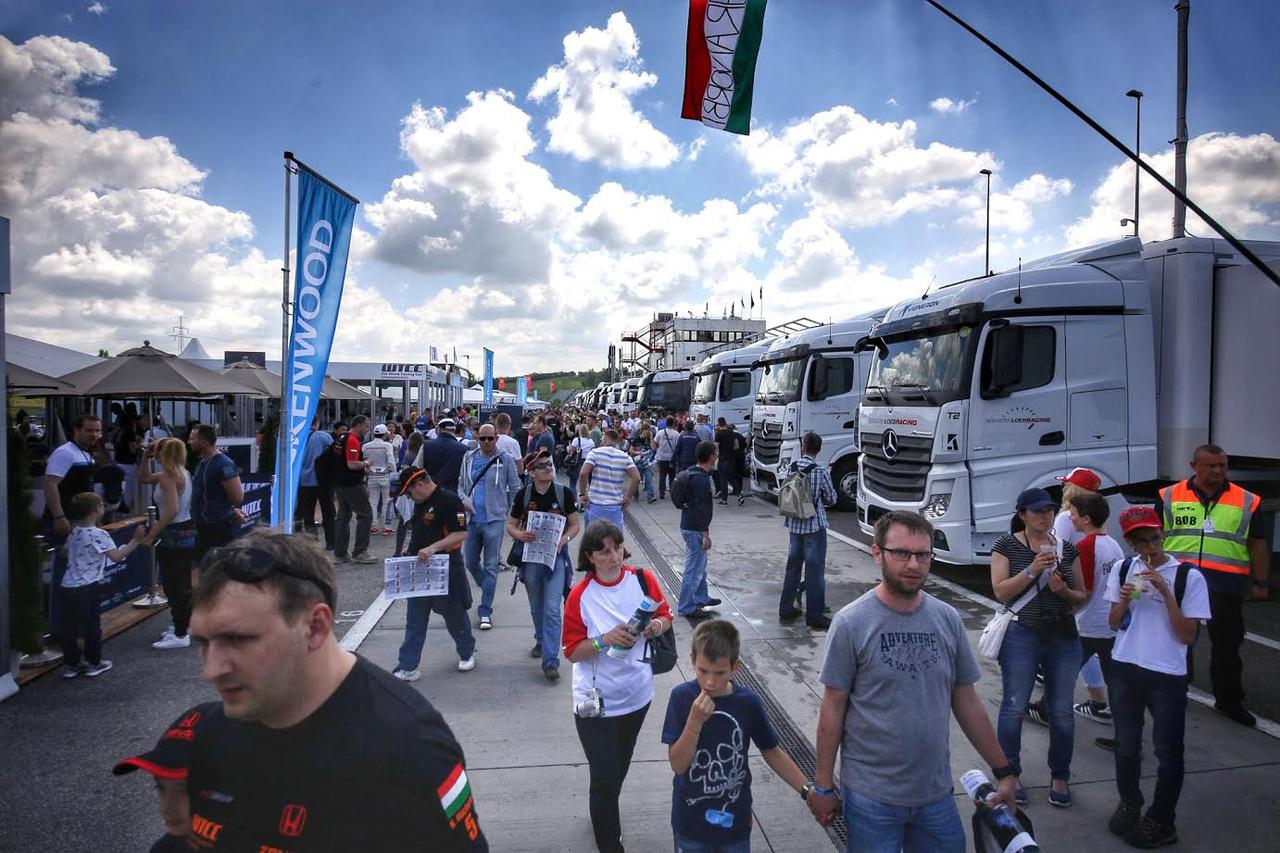 Vasárnapra a jó idővel együtt megérkezett a tömeg is a Hungaroringre, éltetni Norbit, Danit és az ETCC-ban induló zengős magyarokat
