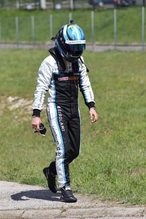 Ugyanott a Volvot terelgető Girolami lógatja az orrát, miután közvetlenül a főfutam rajtja után kiesett a versenyből