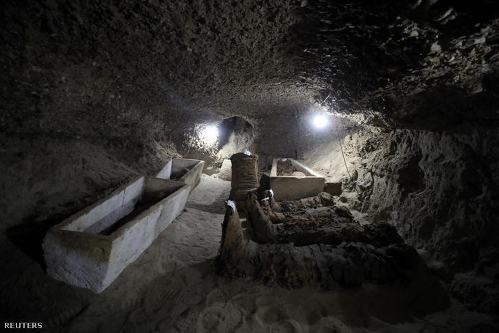 A napokban feltárt egyik terem, emberi múmiákkal