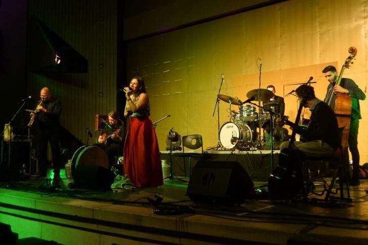 """""""Tovább nő"""" – lemezbemutató koncerten Palya Bea és zenekara"""