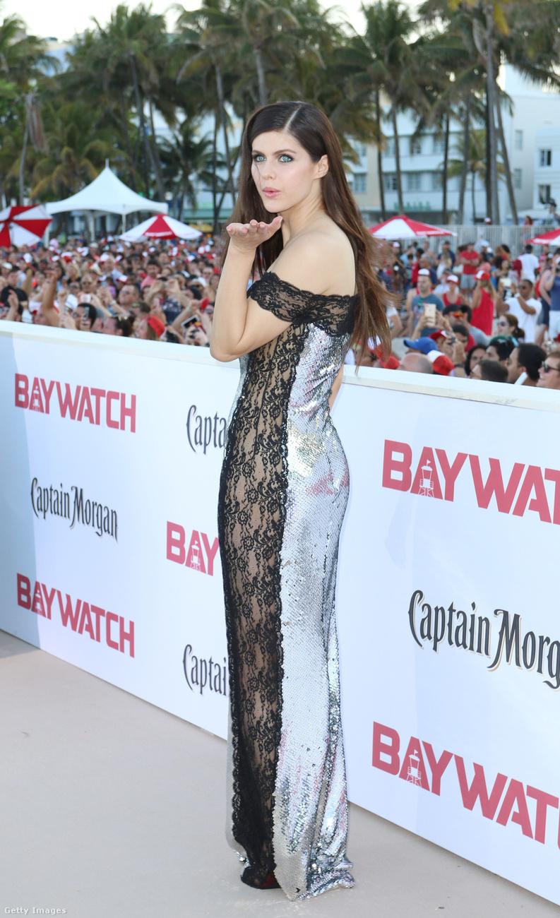Ez döbbenet, hány jócsajt sikerült beszuszakolni ebbe a Baywatchba? Itt van még Alexandra Daddario is, aki egy oldalt átlátszó ruhát választott, ami egyrészt szexi, másrészt az alakját is karcsúsítja, szóval két légy egy csapásra