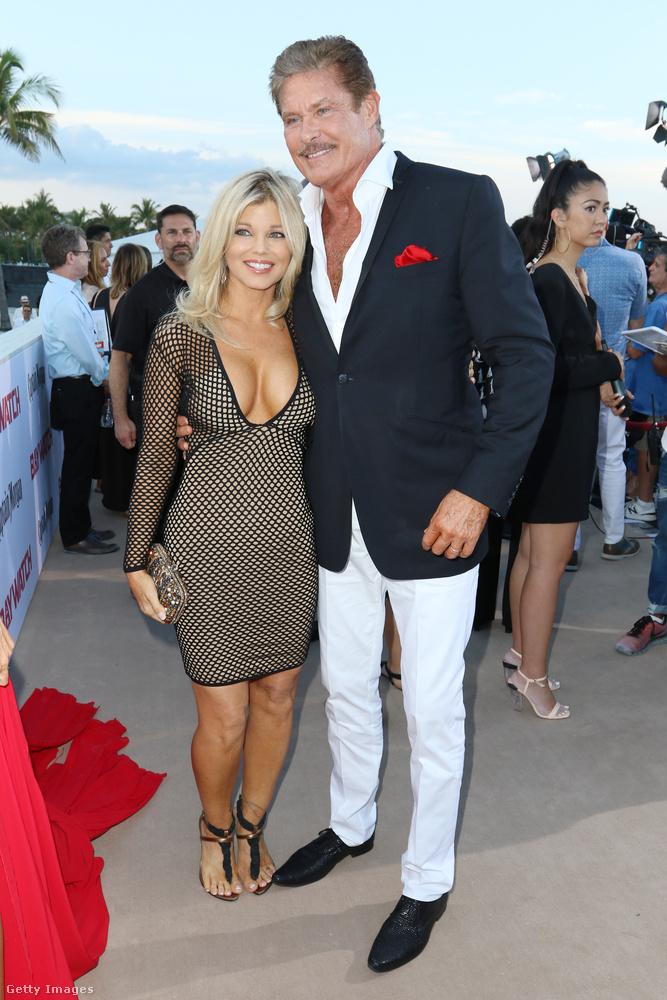 David Hasselhoffot nyilván nem kell bemutatni, mellette Donna D'Errico áll, aki a Baywatch sorozatban szerepelt anno egy ideig