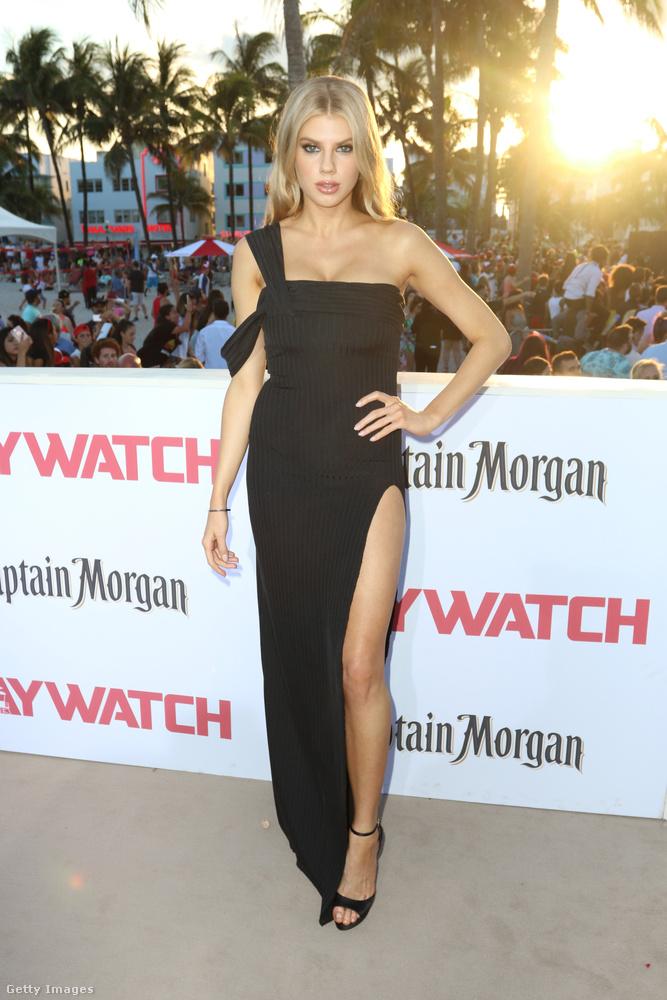 Charlotte McKinney: még egy feketébe öltözött, dögös modell-színésznő a Baywatch filmből, aki félvállról vette az egész filmpremiert
