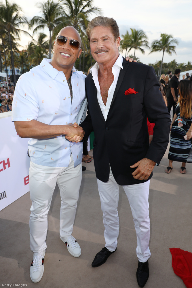 Úgy látszik, David Hasselhoff annyira fényesen ragyogott ezen az estén, hogy férfikollégái csak napszemüvegben tudtak megmaradni mellette, itt The Rock, vagy művésznevén Dwayne Johnson látható