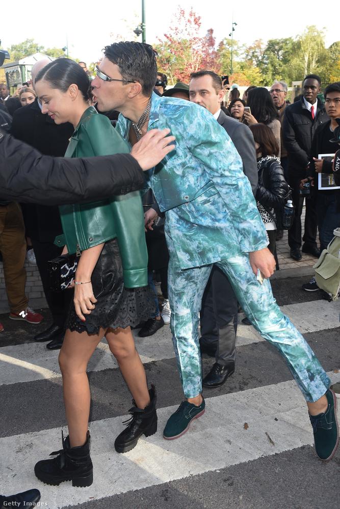 Orlando Bloom exe, Miranda Kerr éppen egy Louis Vitton bemutatóra érkezett, amikor az ukrán botrányhős egy puszival támadta meg a celebet.