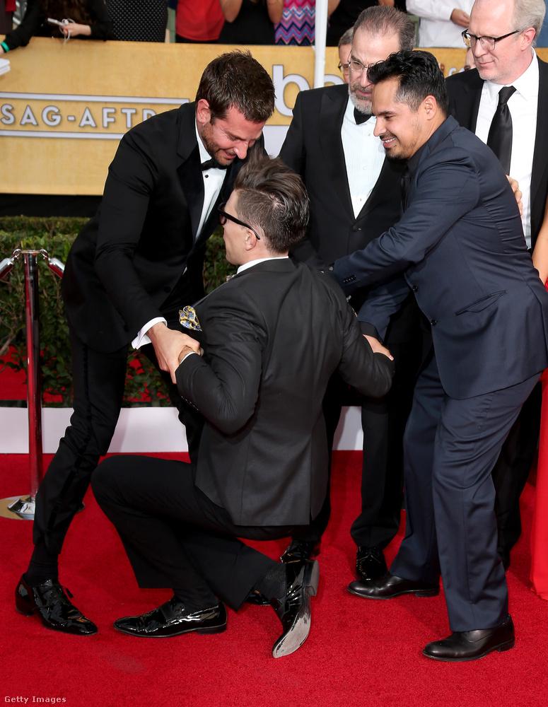 Bradley Cooper és Michael Pena színészek is békésen vonultak fel a 2014-es SAG-gálán, amikor hirtelen odalépett hozzájuk egy öltönyös, szemüveges férfi, aki csak meg akarta ölelni Bradley Coopert