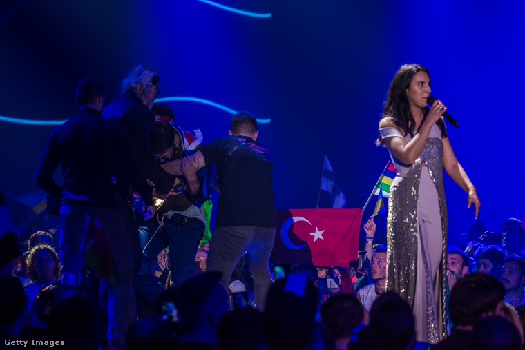 A támadó egy ausztrál zászlóval a nyakában ugrott fel a színpadra egy gyors seggmutogatásra a dalverseny kijevi döntőjében