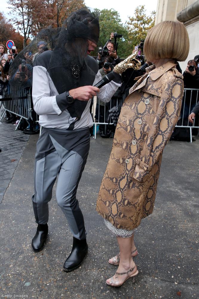A párizsi divathéten is próbálkozott - itt éppen Anna Wintour modellel próbál interjút készíteni sajátos öltözetben az ukrán aktivista.