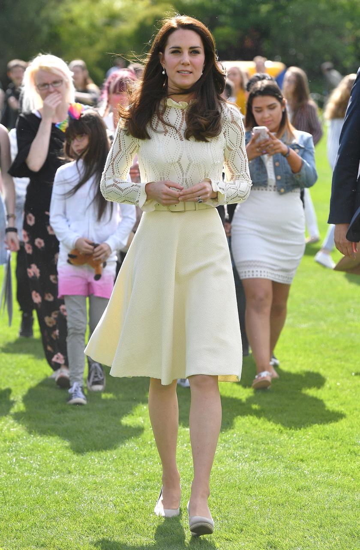 A hercegné egy fantasztikus, krémszínű, Chloe csipkeruhában tündökölt a partin.
