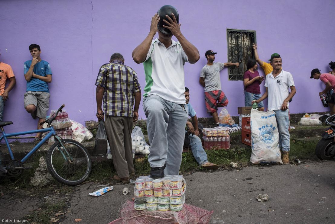 Boltokból zsákmányolt árukkal üzletelnek La Fria Tachira utcáin.