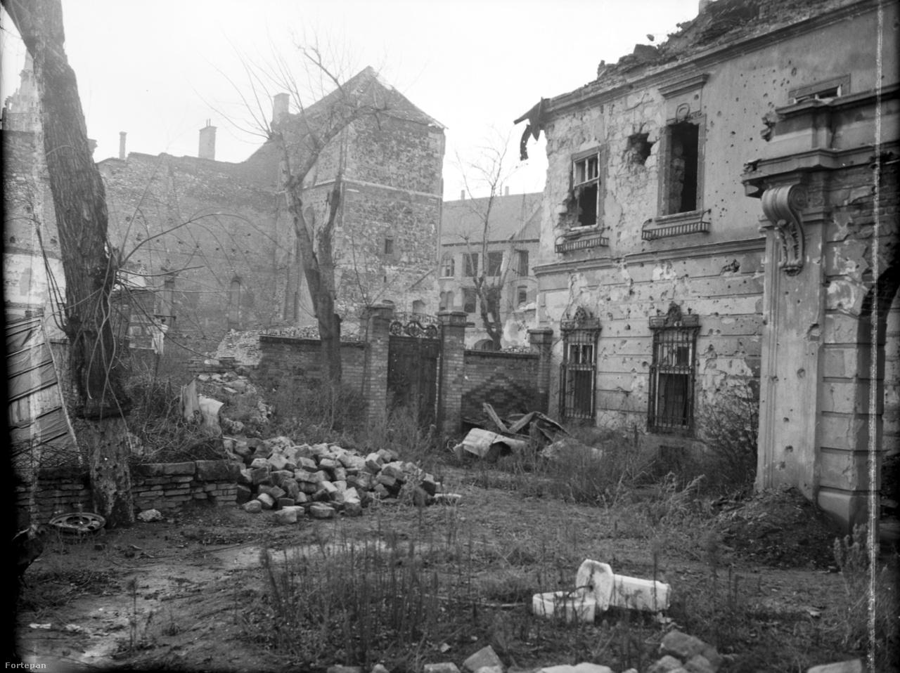 """Ami megmaradt. A korábbi brit követség kertje 1949-benAz """"előtte-utána"""" fotópáron Lutz brutálisan dokumentálta a háború pusztítását."""