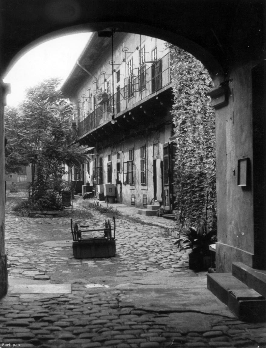 1872 vagy 1972? Nehéz eldönteni a Lajos utca 124. számú ház macskaköves udvarát nézveMacskakövekkel körülölelt fák, burjánzó repkény, hanyagul az udvar közepén hagyott kézikocsi – olyan érzése van az embernek, mintha a századforduló környékén megállt volna itt az élet. Az egyemeletes, korai klasszicista homlokzatú műemlék lakóház 1820 körül épült, kisebb átalakításoktól eltekintve eredeti állapotában maradt fenn az egykori Goldberger textilgyár szomszédságában.