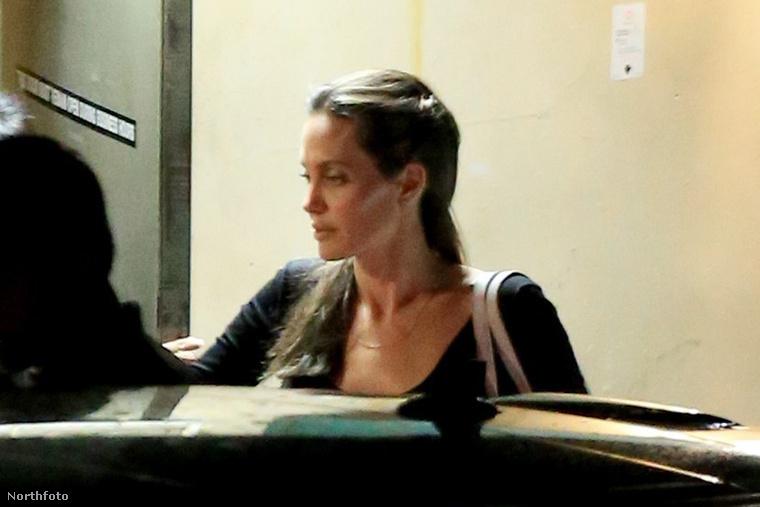 Angelina Jolie elhagyja az egyik Beverly Hills-i Sushi éttermet.