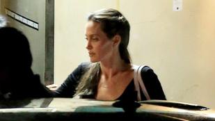 Angelina Jolie négy gyerekével és apjával vacsorázott anyák napján