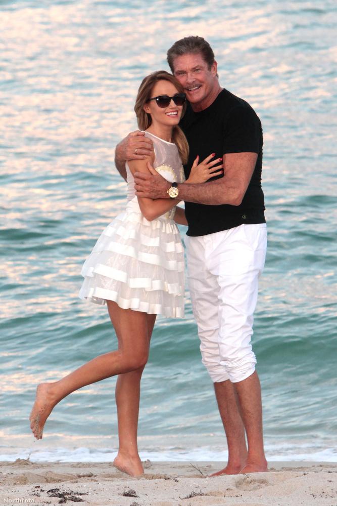 Na de ha Baywatch, akkor nézzünk egy pár strandolós képet is!Itt Hasselhoff a barátnőjével pózol, Hayley Robertsszel