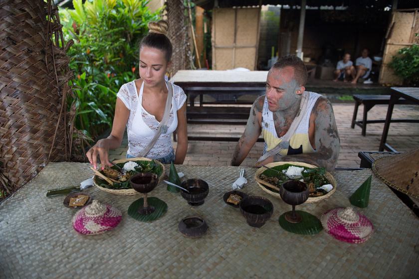 A rizsföldi kalandok után együtt ebédeltek.