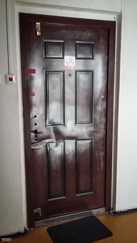 Ottjártunkkor a lakás le volt zárva rendőrségi pecséttel. A zárat is leszerelték a rendőrök az ajtóról.