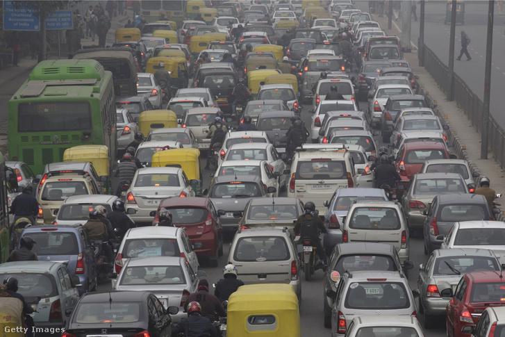 Autók állnak a dugóban Új Delhiben