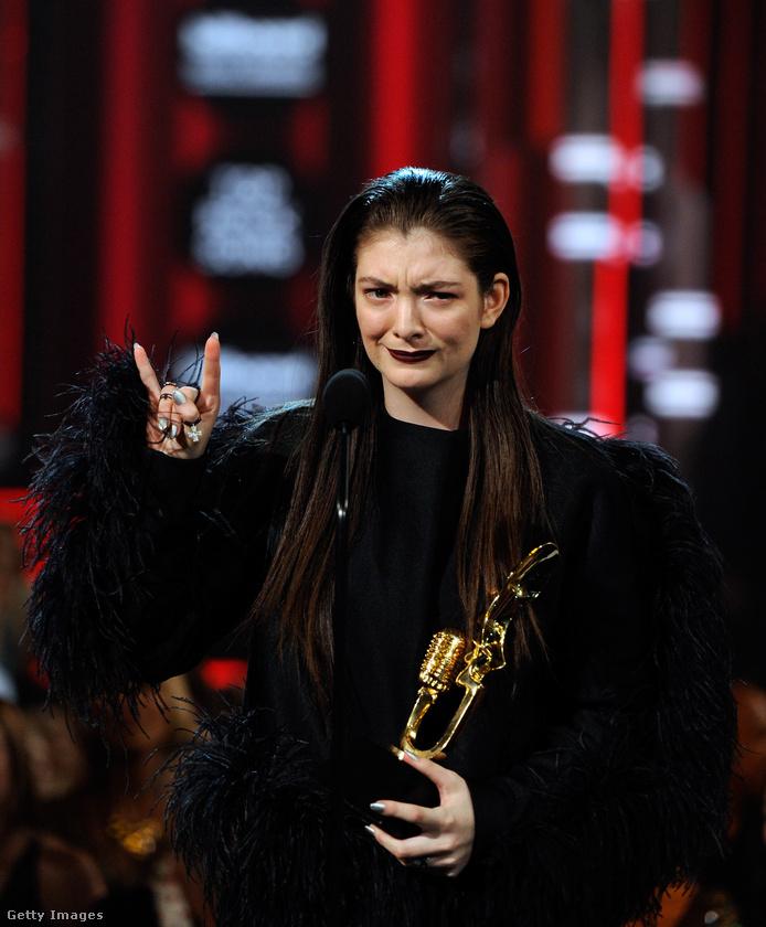 A 2014-es gálán Lorde pedig úgy nézett ki, mint aki nagyon, de tényleg nagyon szeretne végre szerepet kapni a Trónok harca című sorozatban
