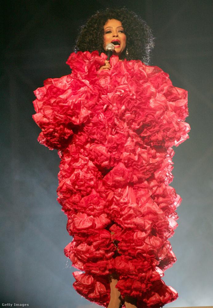 És most nézzük a legfurcsább fellépő ruhákat!Diana Ross 2003-ban például úgy döntött, hogy rózsabokornak öltözik a jeles eseményre.